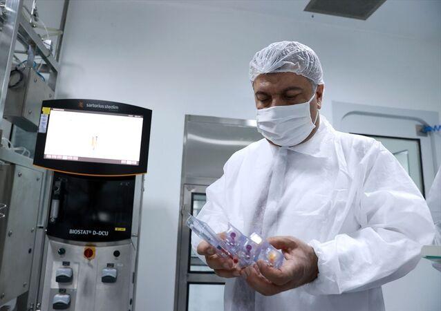 Sağlık Bakanı Fahrettin Koca, Tekirdağ Kapaklı'daki Koçak Farma Tesisleri'nde, Kovid-19 ile mücadele kapsamında yerli aşı çalışmalarının yürütüldüğü laboratuvarda incelemelerde bulundu, yetkililerden çalışmalara ilişkin bilgi aldı.