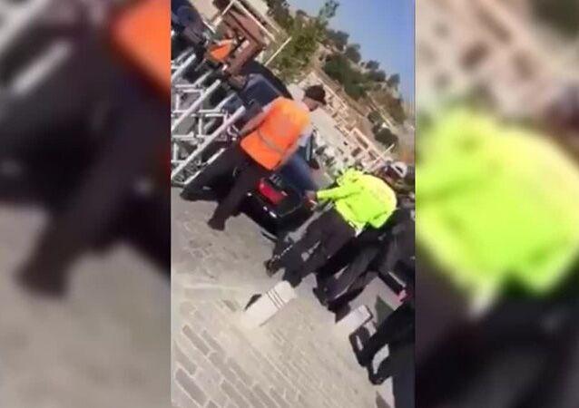 Eski Bayındırlık ve İskan BakanıZeki Ergezen'in Ankara Hacı Bayram Veli Camii'ndeki cenaze töreninde, araca kapalı alana girmek isteyen Meclis İdare Amiri ve MHP MilletvekiliErkan Haberal'ın şoförü olduğu belirtilen kişi, Ankara Büyükşehir Belediye görevlisine çarptı.