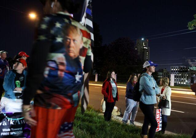 ABD Başkanı Donald Trump'ın tedavi gördüğüWalter Reed askeri hastanesinin önünde Trump'a destek gösterisi