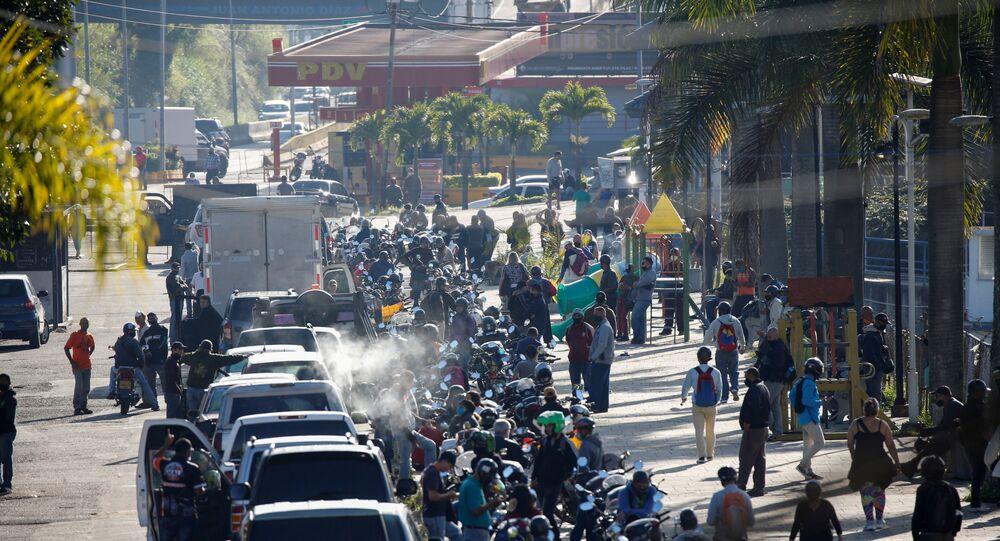 Venezüella'da açık olan az sayıdaki benzin istasyonunda kilometrelerce kuyruk bekleyenler