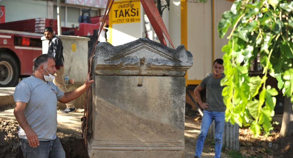 Taksi durağında yanına masa sandalye attıkları 2 bin yıllık lahit