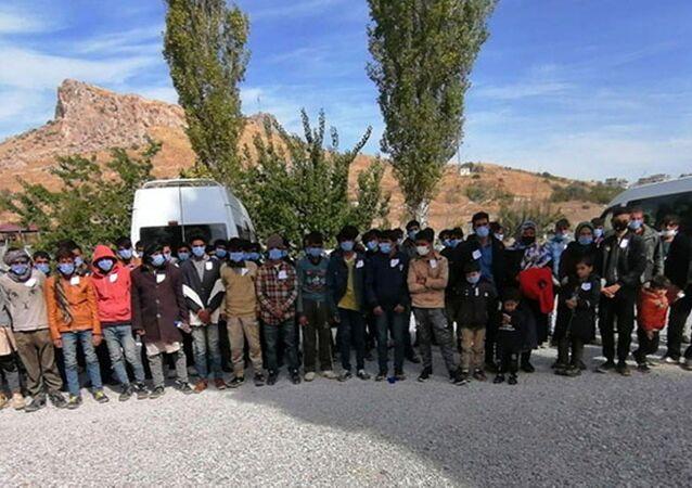 Van'ın İpekyolu ilçesinde, durdurulan 15 kişilik minibüste, 72 sığınmacı yakalandı.