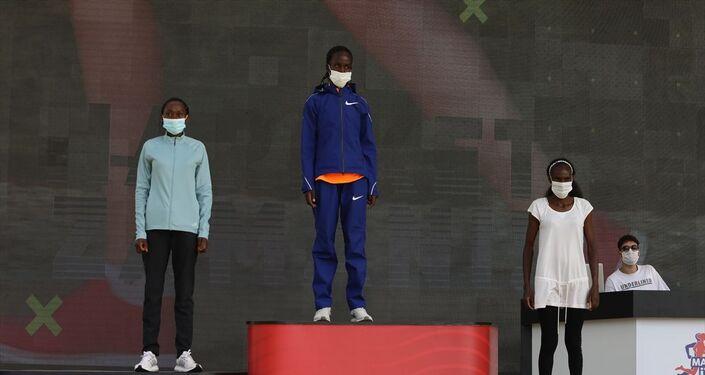 Kadınlarda ise Kenyalı Judith Jeptum Korir, 2 saat 30 dakika 59 saniyelik derecesiyle yarışı ilk sırada tamamladı. Korir'in ardından 2.35.05'lik zamanıyla Kenyalı Lucy Karimi ikinciliği, 2.37.54'lük derecesiyle Etiyopyalı Zerfie Limeneh Tesama üçüncülüğü elde etti.