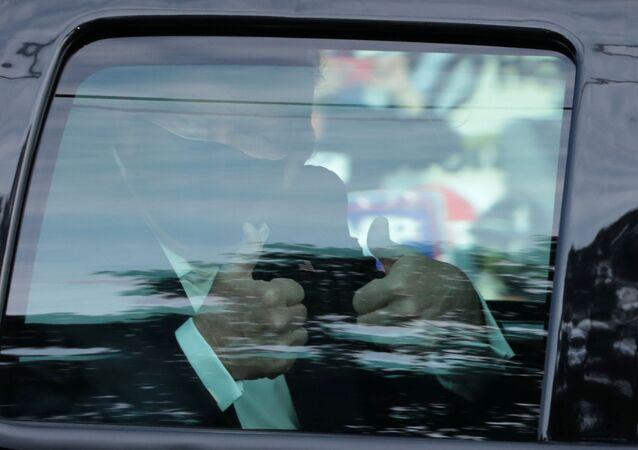 Yeni tip koronavirüse (Kovid-19) yakalanan ABD Başkanı Donald Trump, 3 gündür hastane önünde kendisini destekleyen kalabalığı makam aracından selamladı.