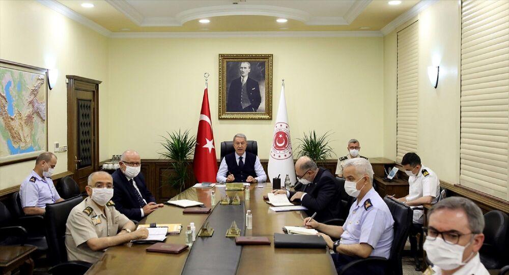 Milli Savunma Bakanı Hulusi Akar başkanlığında, Genelkurmay Başkanı Orgeneral Yaşar Güler, Kuvvet Komutanları, ile Bakan Yardımcıları Yunus Emre Karaosmanoğlu ve Alpaslan Kavaklıoğlu'nun da katılımıyla videokonferans toplantısı gerçekleştirildi.