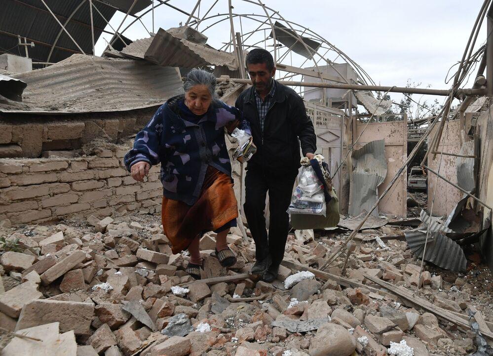 Ermenistan ordusunun Azerbaycan'ın Gence şehrine yaptığı roket saldırısı sonucu yıkılan evin sakinleri Şehir nüfusunun 500 binden fazla olduğu belirtiliyor.