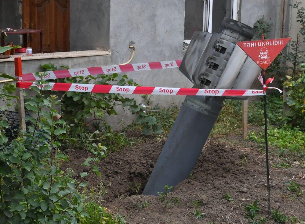 Azerbaycan'ın Gence kentindeki bir apartmanın avlusuna düşmüş ama patlamamış  füze