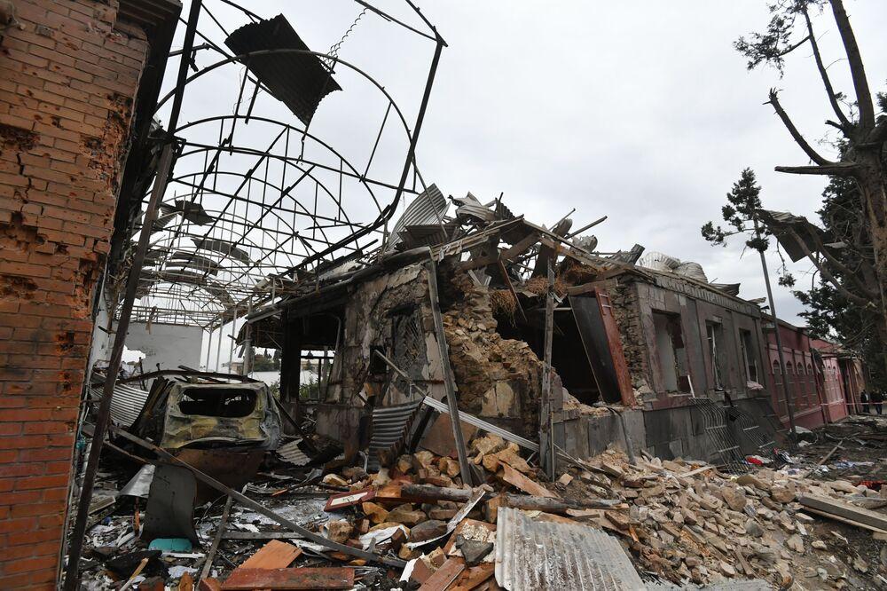 Roket saldırısı sonucu büyük yıkıma uğrayan Azerbaycan'ın ikinci büyük şehri Gence'den bir kare