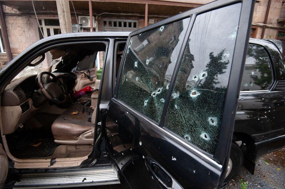 Hukuken Azerbaycan'ın  fiilense Ermeni güçlerin kontrolünde olan Dağlık Karabağ bölgesindeki Stepanakert kentine yapılan saldırı sonucu zarar gören araba