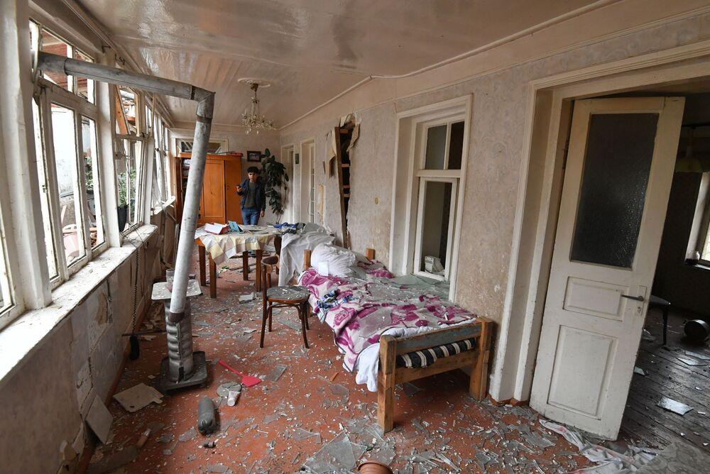 Roket saldırısı sonucu yıkıma uğrayan Azeri Gence şehrindeki evlerden birinin görünümü