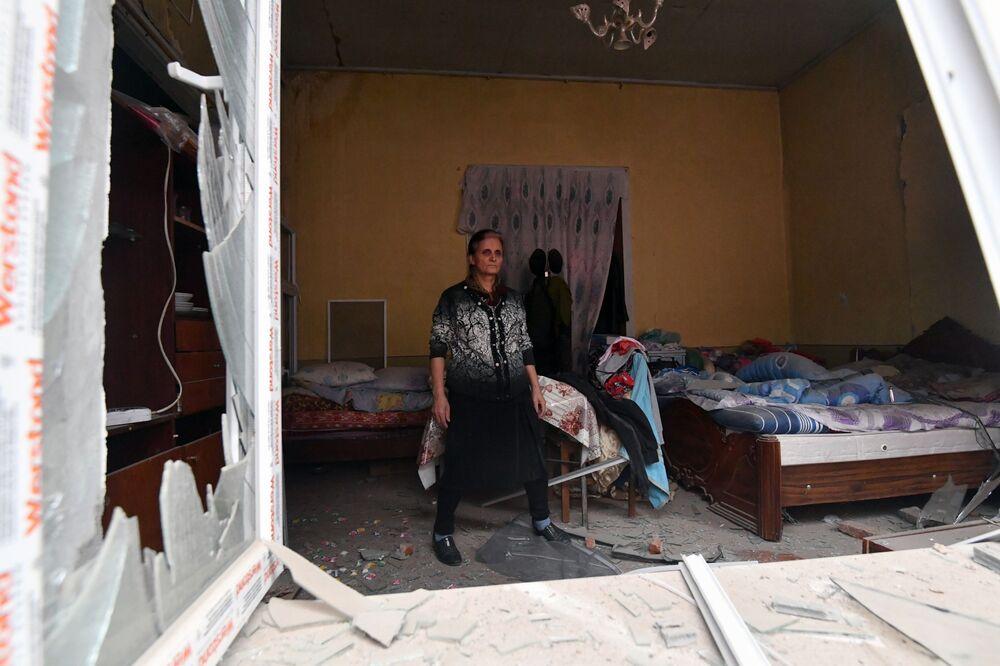 Azerbaycan'ın Gence şehrine  yapılan roket saldırısı sonucu yıkılan evin sakini Gence, Azerbaycan'ın en büyük 2'nci şehri ve cephe hattından 60 km uzakta yer alıyor
