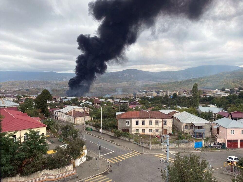 """Resmi olarak tanınmayan Dağlık Karabağ'dan da Azerbaycan güçlerinin başkent Stepanakert'e füze saldırısı gerçekleştirdiği açıklaması geldi. Dağlık Karabağ Cumhurbaşkanlığı Sözcüsü Vagram Pogosyan, """"Düşman Stepanakert ve Şuşa'ya füze fırlatıyor. Savunma ordusunun saldırılara yanıtı gecikmeyecek"""" dedi. Fotoğrafta: Saldırıya uğrayan Stepanakert kentinin manzarası"""