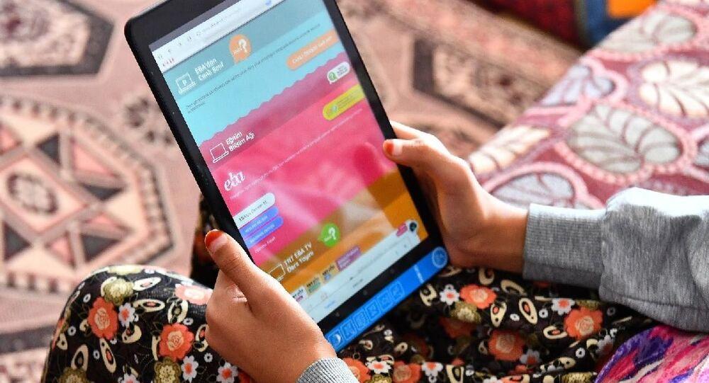 İzmir Büyükşehir Belediyesi pandemi sürecinde online eğitime hiçbir biçimde  erişimi olmayan çocuklara tablet dağıtmaya başladı. İlk tabletler Kiraz ilçesine ulaştırıldı. Büyükşehir Belediyesi kent genelinde etap etap 3 bini aşkın tablet dağıtacak.
