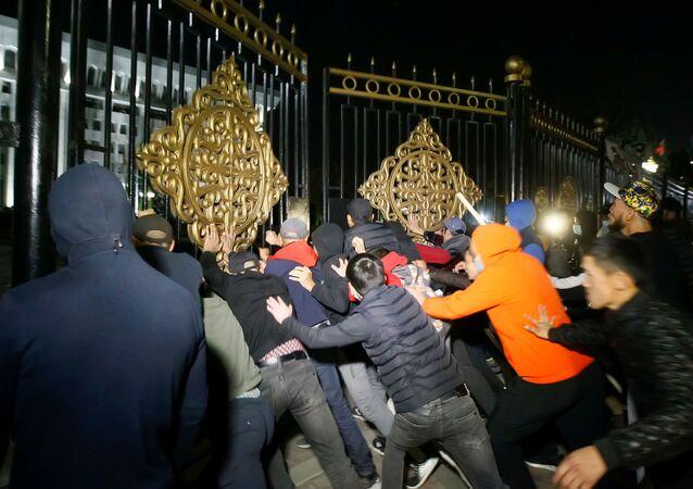 Kırgızistan'da protestocular parlamento ve Cumhurbaşkanlığı Sarayı alanına girdi