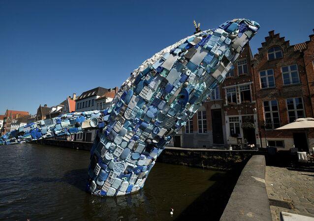 Pasifik Okyanusu'ndan çıkarılan 5 ton plastik atıktan yapılmış 12 metrelik bir balina maketi