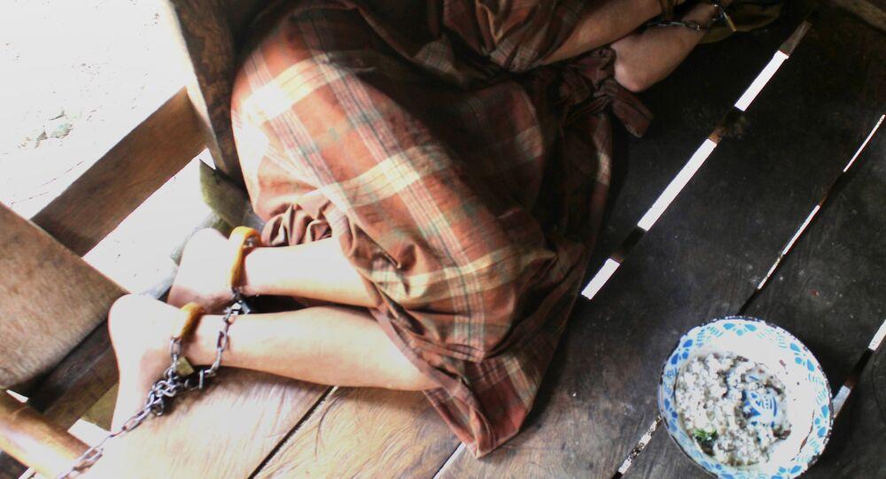 Enonezya'nın Batı Sulawesi bölgesindeki Majene kentinde akıl sağlığı sorunları gerekçesiyle ailesi tarafından zincirlenip barakaya kapatılan bir erkek