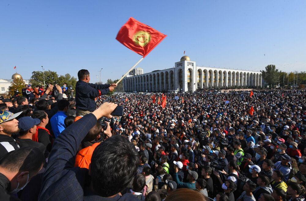 """Milletvekili seçim sonuçlarının protesto edildiği Kırgızistan'ın Devlet Başkanı Sooronbay Ceenbekov, halka hitabında darbe girişiminde bulunulduğunu söyledi.  Halka hitap eden Ceenbekov, """"Geçtiğimiz gece birtakım siyasi güçler, seçimlerin arkasına sığınarak Kırgızistan'da iktidarı ele geçirmeye çalıştı"""" dedi."""
