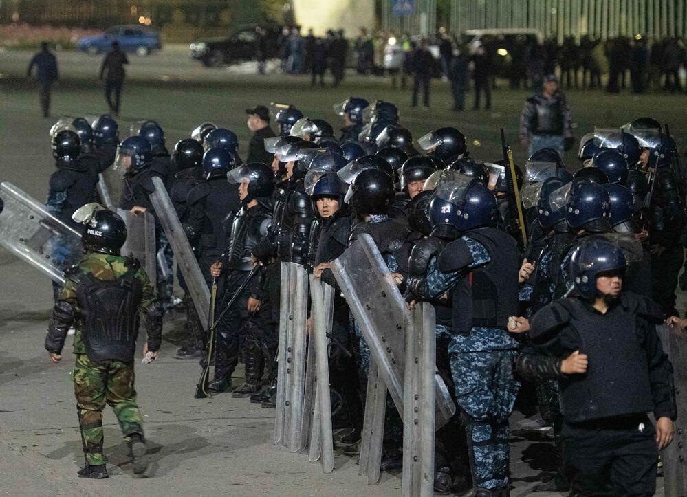 Bişkek'te Cumhurbaşkanlığı ve parlamento binaları önünde toplanan göstericilere  polis müdahale etti