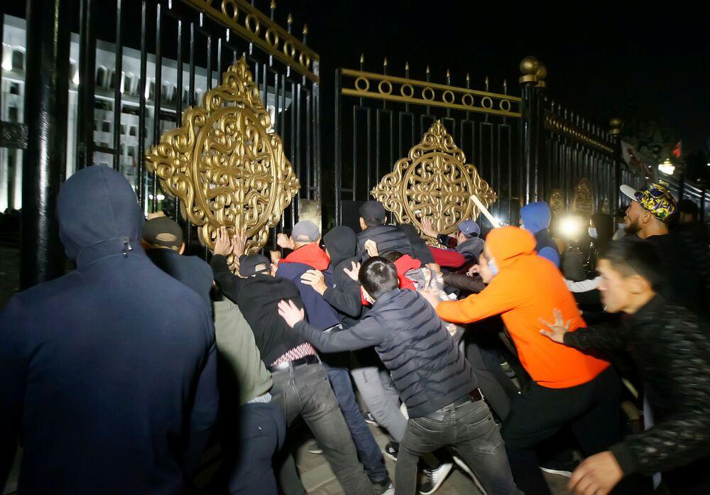 Kırgızistan'da milletvekili seçim sonuçlarını protesto eden göstericiler, Devlet Başkanlığı Sarayını ve parlamento binası alanına girerken