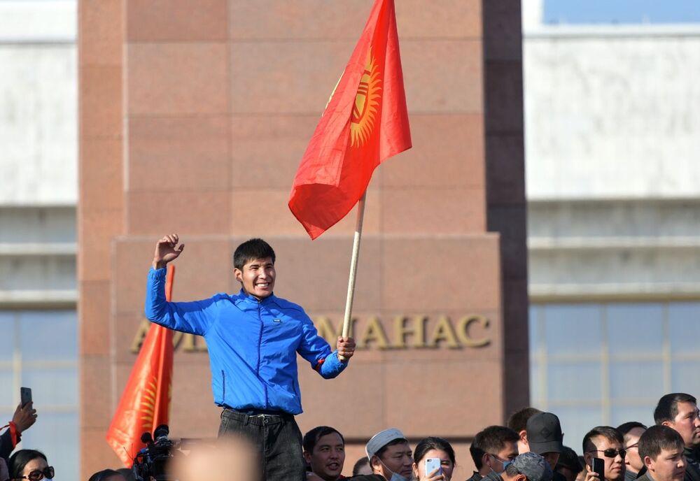 Kırgızistan'da 4 Ekim Pazar günü yapılan seçimlerin sonuçlarından memnun olmayan 12 siyasi parti tarafından başkent Bişkek'te  düzenlenen gösterilerin katılımcıları