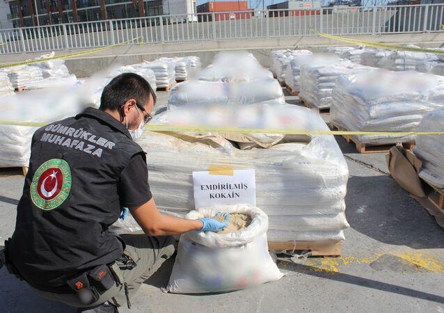 Alınan numunelerin, Olay Yeri İnceleme Şube Müdürlüğü ekipleri ve İstanbul Bölge Kriminal Polis Laboratuvarı'nda yapılan ilk incelemelerinde yasal yükün arasında gizlenmiş kokain olduğu anlaşıldı. Laboratuvarda çok kısa sürede incelenen gübre içindeki maddelerin, 228 kilo 438 gram gelen saf kokain olduğu belirtilirken, operasyonda biri 'doktor' lakaplı organizatörlerden İngiliz uyruklu uyuşturucu kaçakçısı Antony M., şebekenin Türkiye ayağını yürüten Ş.Z. ve M.D.'nin de aralarında olduğu 15 şüpheli gözaltına alındı.