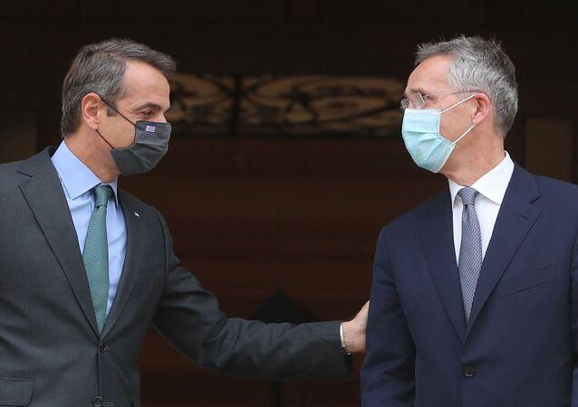 Ankara'nın ardından Atina'yı ziyaret eden NATO Genel SekreteriJens Stoltenberg'le görüşenYunanistan BaşbakanıKyriakos Miçotakis (solda)