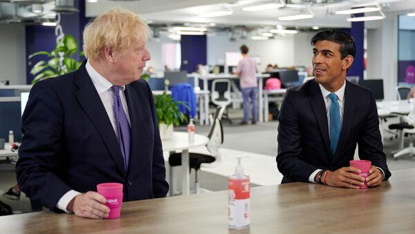 Boris Johnson ile Rishi Sunak (sağda) - Sputnik Türkiye