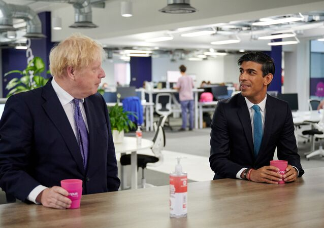 Boris Johnson ile Rishi Sunak (sağda)