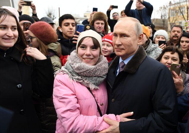 Rusya Devlet Başkanı Vladimir Putin, İvanovo kentindeki çocuk hastanesine yaptığı ziyaret sonrası kent sakinleriyle poz verirken, 6 Mart 2020