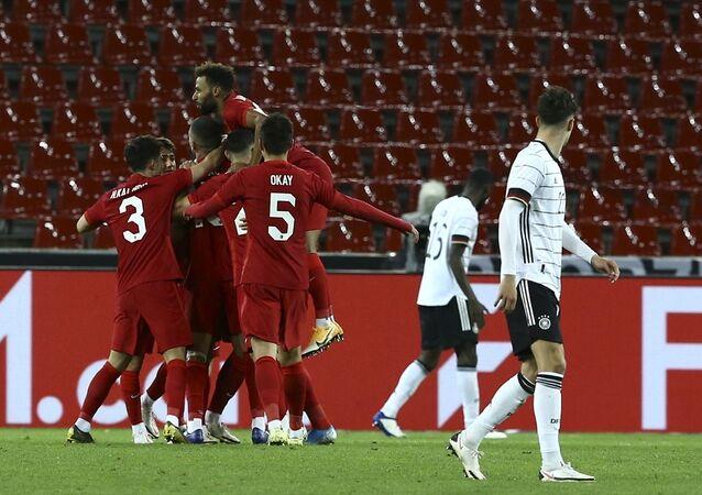 A Milli Futbol Takımı, hazırlık maçında, Almanya ile Köln'deki Rhein Energie Stadında karşı karşıya geldi. Milli futbolcular gol sevinci yaşadı.