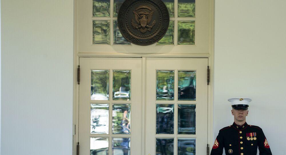 Beyaz Saray'ın Batı Kanadı'nın dışarısında görevlendirilen bir ABD askeri. ABD askerinin burada bekliyor oluşu, ABD Başkanı'nın Oval Ofis'te olduğu anlamına geliyor.