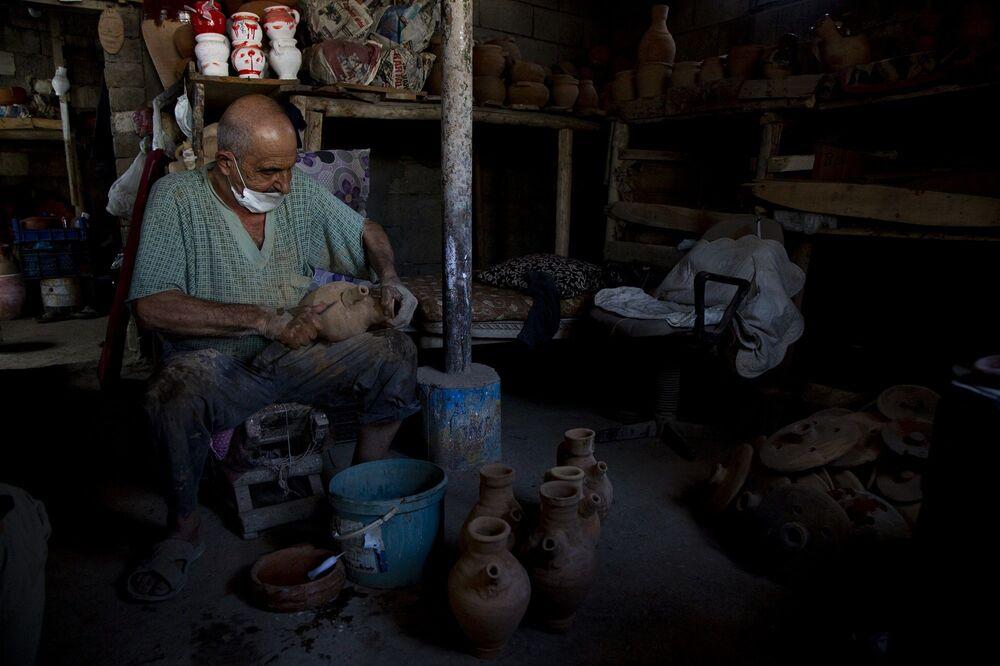 Şeyhmus amcanın çanak çömlek merakı henüz çocukken başlamış. 8 yaşındayken Mardin'de Ermeni bir ustanın yanında çırak olarak işe başlayan Şeyhmus amca o gün bugündür bu zanaatı yaşatmaya çalışıyor.