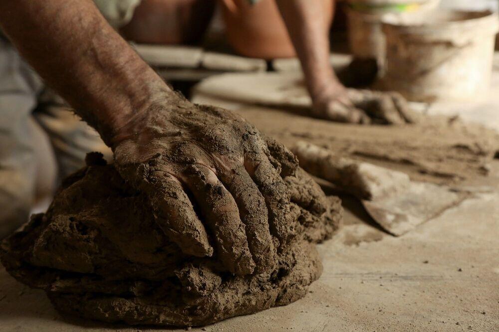 Kentin son çanak çömlek ustası olan Şeyhmus amca, 100 metrekarelik imalathanesinde ilerlemiş yaşına rağmen killi topraktan, vazo, biblo, su testisi, küp, ekmek tandırı ve çömlek yapıyor.