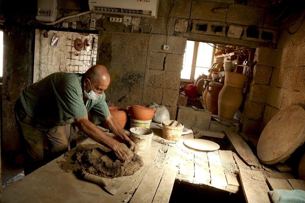 Tarihi dokusu ve kültürel yapısı ile adından söz ettiren Mardin, birçok zanaatın da merkezi. Bu zanaatlardan biri de çanak çömlek. İnsanlık tarihi kadar eski bir zanaat olan çanak çömlek, Mardin'de 80 yaşındaki Şeyhmus Kaynaka'nın elinde şekil buluyor.