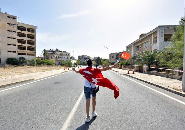İkinci Kıbrıs Barış Harekatı sonrasında Türk ordusunun kontrolü sağladığı Maraş, adayı ikiye ayıran yeşil hat üzerinde kalması nedeniyle BMGK kararıyla 1974'te boşaltıldı ve iskana kapatıldı