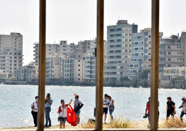 Maraş'ın halka açılan  sahil kısmında dolaşan KKTC vatandaşları