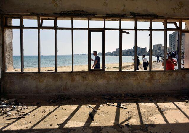 Maraş'ta kamuya ait olan sahil bölümünün bir kısmı ve Demokrasi Caddesi'ne siviller ilk kez adım attı