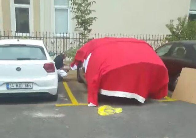 Arabasını doludan korumak için Türk bayrağı ile örten kişiye vatandaştan tepki