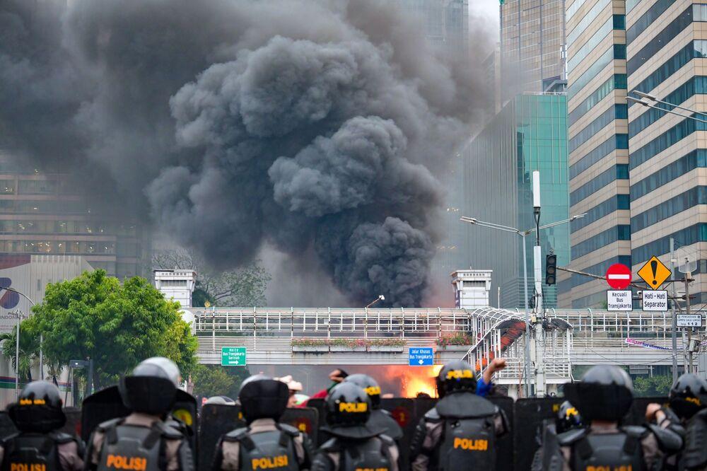 Başkent Jakarta'nın çeşitli noktalarında düzenlenen küçük çaplı gösterilerde de zaman zaman arbede yaşanırken, güvenlik güçleri merkezi noktalarda büyük çaplı eylemlerin oluşmasına engel oluyor.