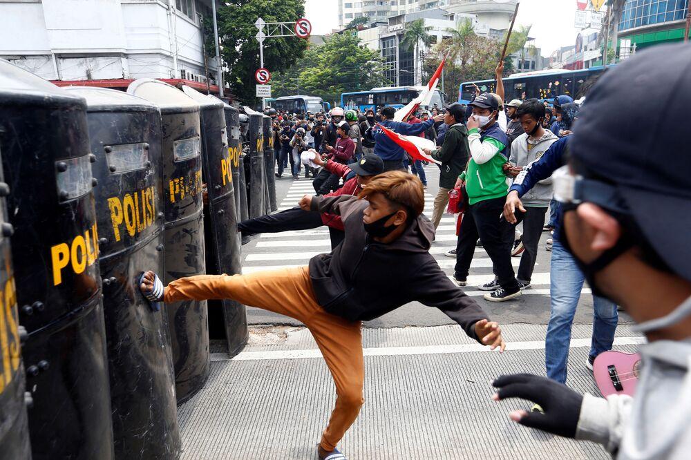 Göstericiler güvenlik güçlerine molotof kokteylleri atarken, çıkan çatışmalarda yaklaşık 400 protestocu gözaltına alındı.