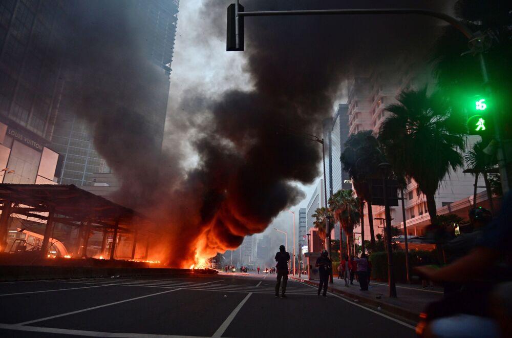 Protesto gösterileriyle sarsılan başkent Jakarta'dan bir kare