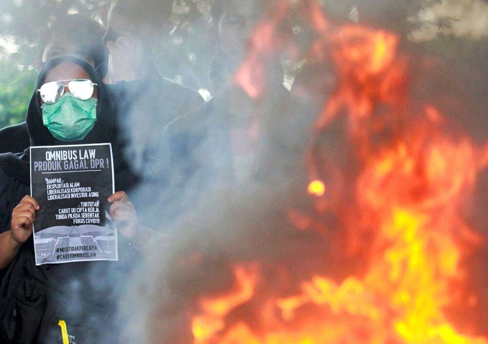 Semarang kentinde öfkeli protestocular, yerel kamu binalarının önündeki telleri yıkarken, Jakarta ve Bandung'da ise öğrenciler taş atıp lastikleri yaktı