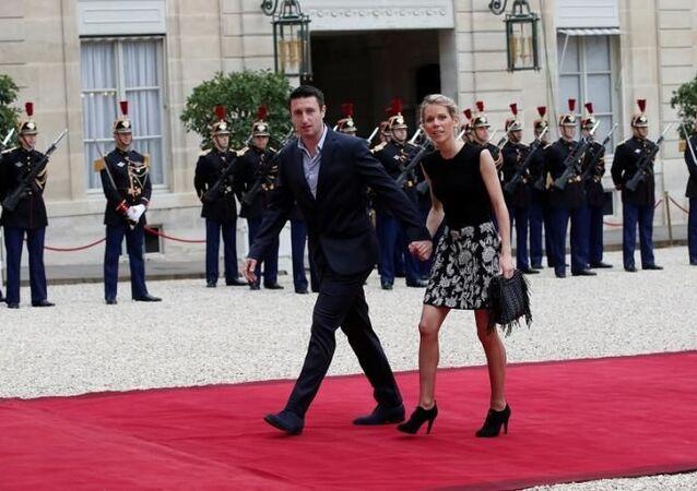 Fransa First Lady'sinin ilk evliliğinden olan üç çocuğundan Tiphaine Auziere, eşiyle birlikte, Emmanuel Macron'un cumhurbaşkanlığı yemin törenine giderken