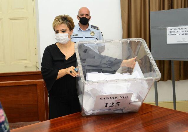 Kuzey Kıbrıs'taki cumhurbaşkanlığı seçimi için oy verme işlemi saat 18.00 itibarıyla tamamlandı ve oy sayımına başlandı.