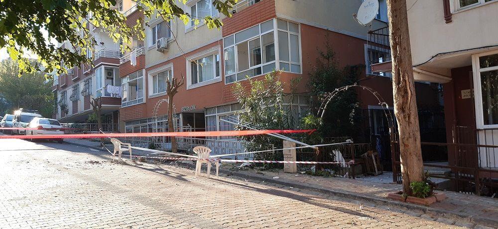 Avcılar'da 5 katlı bir binanın en üst katında bulunan balkon çöktü