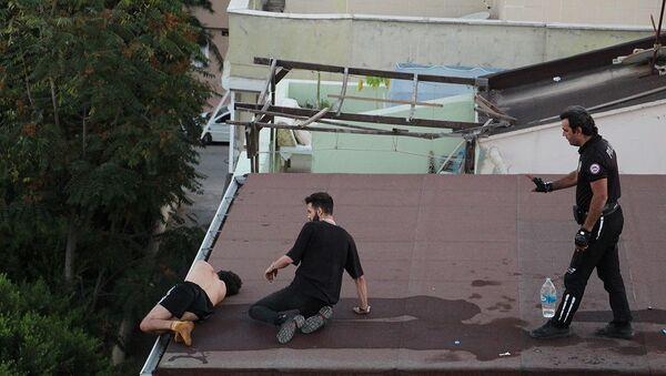 İntihar için çıktığı çatıda sızdı - Sputnik Türkiye
