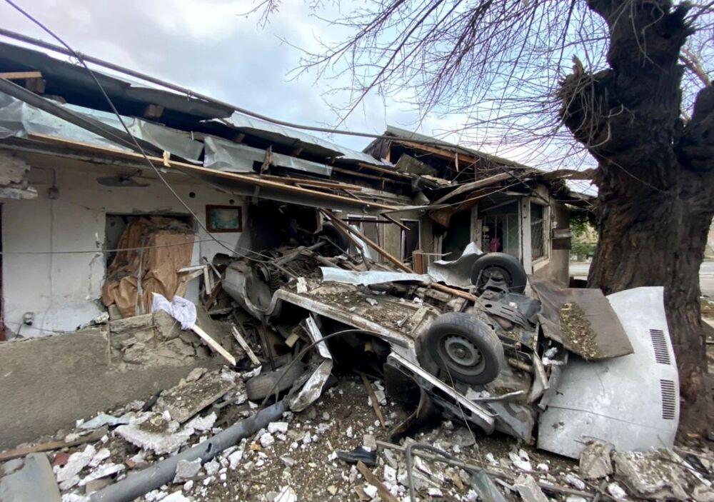 Stepanakert kentinde açılan ateş sonucu yıkılan evin görüntüsü
