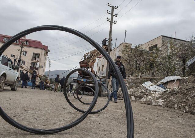 Tanınmayan Dağlık Karabağ Cumhuriyeti'nin başkenti Stepanakert'te bombardıman sonucu zarar gören elektrik hatlarında yapılan onarım çalışmaları
