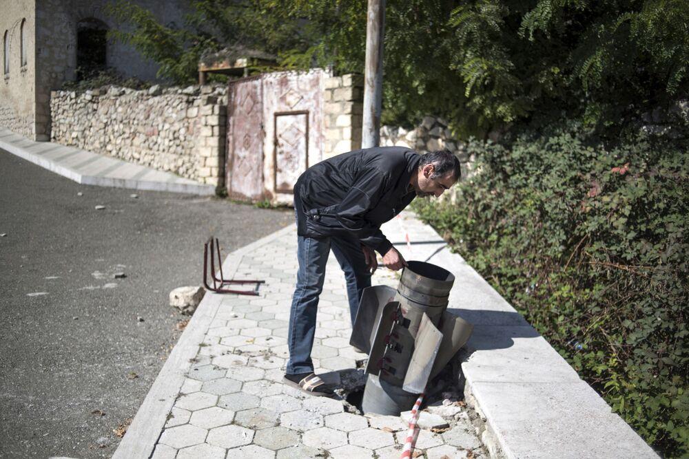 Tanınmayan Dağlık Karabağ Cumhuriyeti'ndeki  Ermeni yetkililer, Stepanakert kenti yakınındaki bazı yerleşim bölgelerine Azerbaycan ordusu tarafından füze saldırıları yapıldığını belirtti. Azerbaycan ise Ermenistan'ın Dağlık Karabağ yakınlarındaki yoğun nüfuslu bölgelere saldırı düzenlediğini ve bu saldırılara karşılık verildiğini bildirdi.