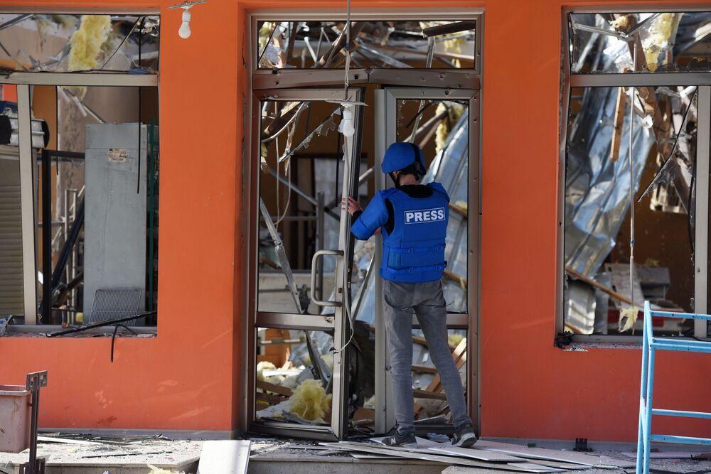 Tanınmayan Dağlık Karabağ Cumhuriyeti'nin Martakert kentinde yapılan bombardıman sonucu yıkılan market binası